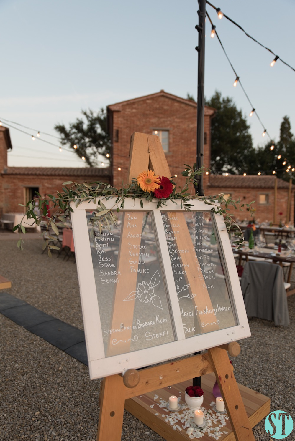 40Country wedding in tuscany - string lights