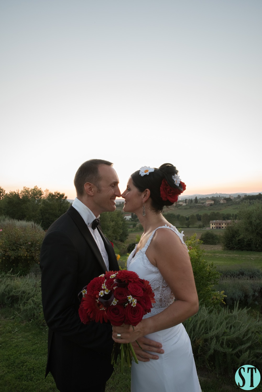 43Country wedding in tuscany - string lights