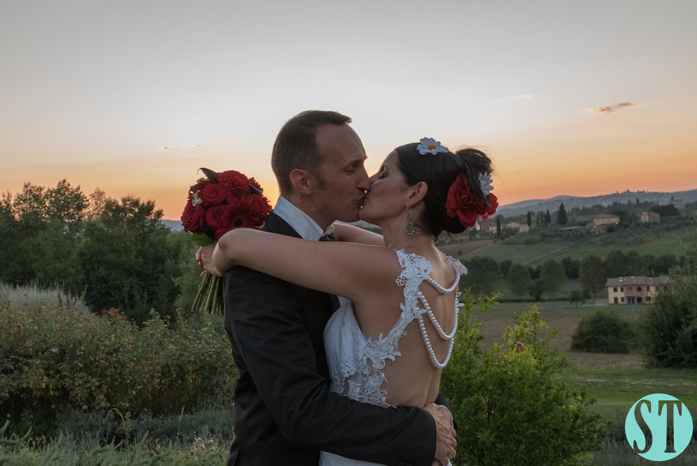 44Country wedding in tuscany - string lights